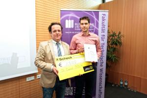 Obmann Christian Inzko (li.) übergibt den Preis an Daniel Posch (re.). Foto: Wolfgang Hoi.